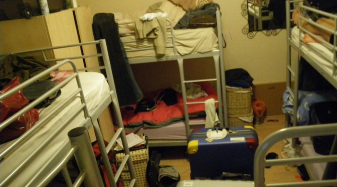 イギリスで1泊800円の安宿に泊まってみたら、不法入国者のアジトだった