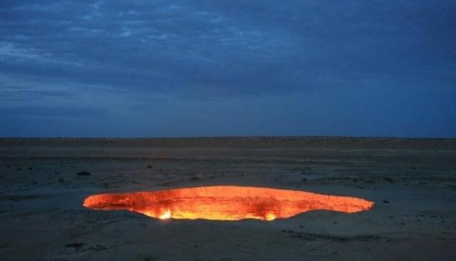地獄への入り口ダルヴァザ。炎の燃え続ける穴。
