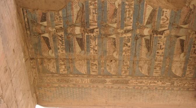 ホルス神殿の遺跡に残る2400年前の色
