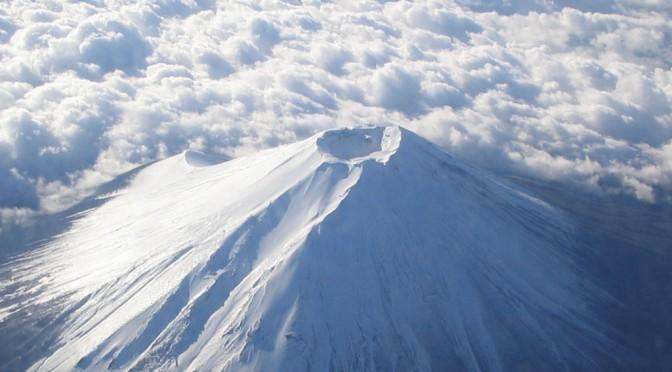 飛行機から見た富士山が神秘的