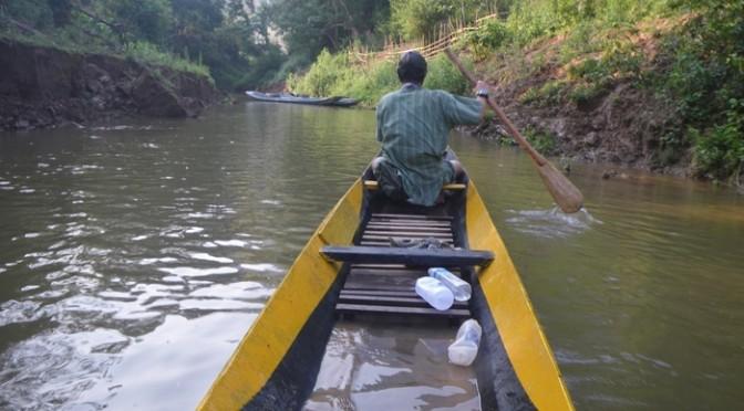 ラオスでおっさんに貸してもらった手漕ぎボート。水をかき出さないとビタビタになる。