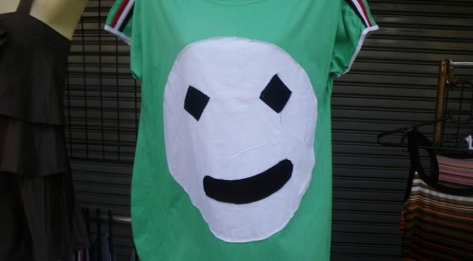 これで普通に売り物。タイで見かけた手作りっぽい変な顔のTシャツ。変なお土産。